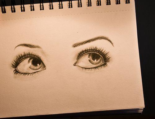 Bij diepliggende ogen is een lichte kleur oogschaduw op je ooglid ook erg aan te raden. Breng net onder je wenkbrauwen en highlighter aan