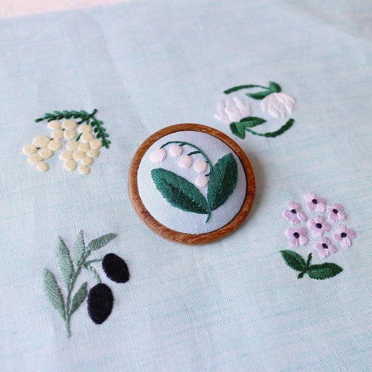 今日発売の『annasの草花と動物のかわいい刺繍』河出書房新社の中から。  先日のNHK青山教室で行なったブローチはこの本に図案が載っています☆ この子達は全部このサイズのブローチにぴったり入ります♪( ´▽`) まだ、ポストカードあるそうなのでネットストア『アンナとラパン』でご購入いただいた方にはまだまだポストカードがついてきます。 ネットストアへは、ホームページからどうぞ! #annasの草花と動物のかわいい刺繍