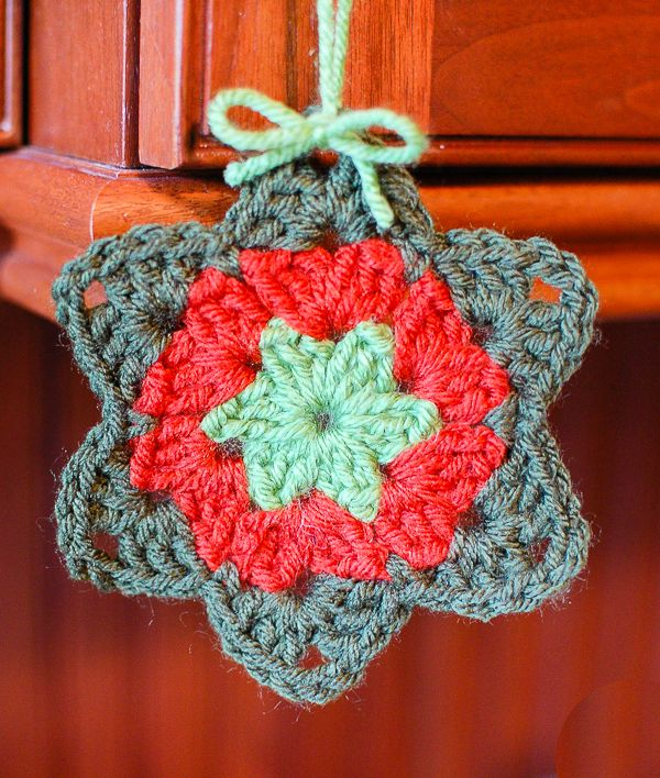 Free granny star pattern ... add handmade charm to your decor! www.petalstopicots.com #crochet #granny #Christmas