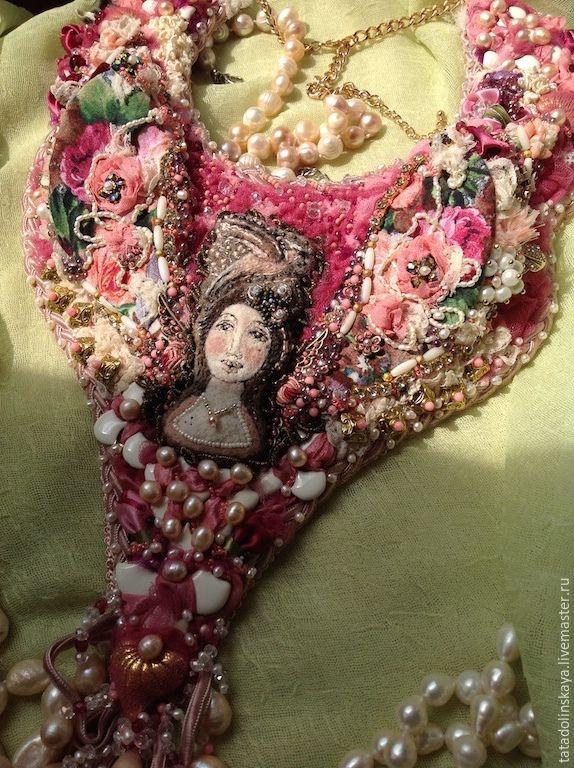 Купить Колье-коллаж «Королева дворца роз» - розовый, белый, жемчуг, королева, дворец, крылья