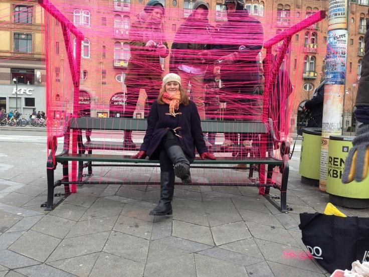 I filmen har vi en gennemgående pink snor hvor vi har bygget denne flotte 'bænk' og en masse andre forskellige ting.