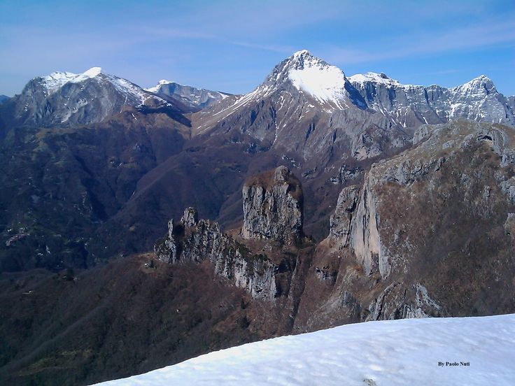 Monte Procinto visto dal Matanna. Dietro la regina del gruppo delle panie e il monte Corchia.