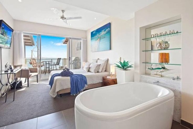 Entire home/apt in Airlie Beach, AU. Luxury apartment situated in Airlie, breath taking views of ocean, mountains, islands and Airlie itself.. As soon as you walk in, your eyes will be amazed by the view and the luxury appearance of the apartment. Kitchen has the best Bosh oven $180 night
