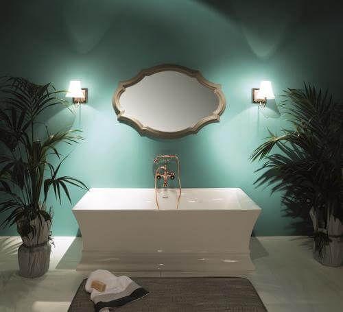 Прямоугольная ванна с позолоченными краном и душем.