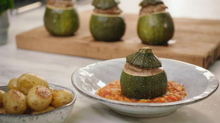 Ronde courgettes kun je perfect vullen. Met gehakt bijvoorbeeld dat je klassiek op smaak brengt met sjalotten, knoflook en peterselie. Jeroengeeft er tomatencompote en gekookte aardappelen bij voor een perfecte doordeweekse maaltijd.