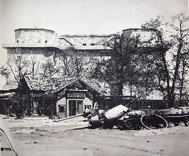 722px-Maj_1945_schron_Berlin_ZOO Flak Tower 1945