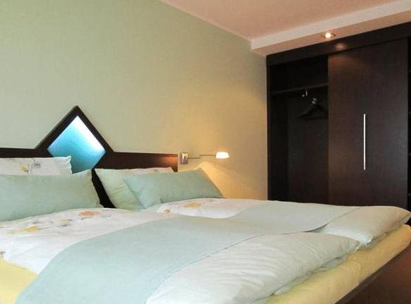 Unsere ruhigen Doppelzimmer zur Einzelnutzung (23qm) sind modern und komfortabel ausgestattet mit Bad (Dusche, WC),  Haartrockner, Handtuchwärmer, Telefon, WLAN und Flachbildfernseher.