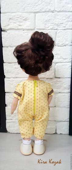 Предлагаю сшить комбинезон в горошек для куклы. Своим куклам я шью, в основном, съемную одежду, и этот комбинезон тоже будет сниматься. Для шитья понадобятся: - ткань (у меня микровельвет); - кусочек хлопка для подкладки; - застежка-молния (у меня специальная кукольная, но можно взять обычную потайную молнию); - кружево; - пуговки; - цветочки для отделки; - тонкая резинка; - нитки в тон ткани; - ножницы, швейная машина и выкройка.