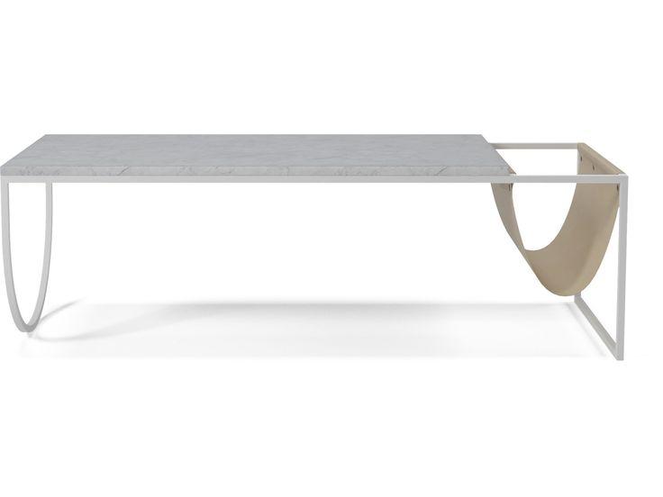 En Marmorplade mikset med en stålramme og en læderlomme. Sofabordet, designet af japanske Joa Herrenknecht, er spækket med gode kontraster og materiale-detaljer. Læderlommen, der er skabt til opbevaring af magasiner og bøger, er et friskt nyt take på et funktionelt sofabord. Stålrammen er firkantet i den ene ende og buet i den anden –en anden anderledes designdetalje.