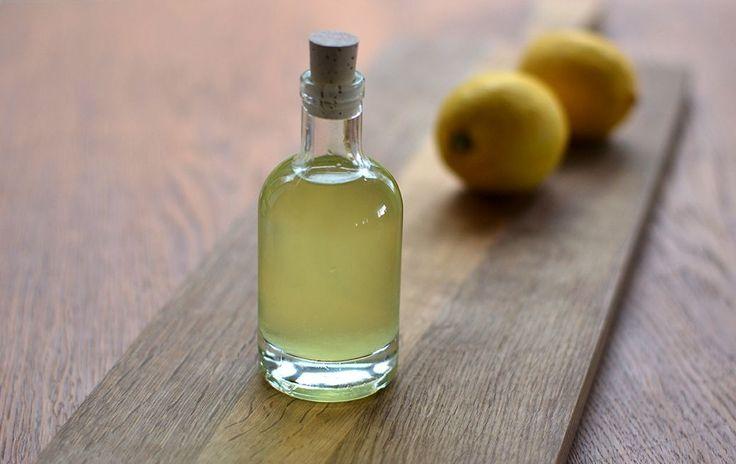 Hvis du gerne vil lave din egen snaps til påskens store bord, så kan du stadig nå det. For eksempel med denne citronsnaps (eller citronvodka), som tager 24 timer at lave. Den er allerbedst, når den er køleskabskold. Den er syrlig, men har en lille smule sødme – og naturligvis kraften …