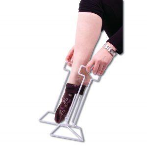Deze aantrekhulp maakt het gemakkelijk om uw steunkousen aan te trekken. Gemaakt van staal met een gladde plastic afwerking. Plaats de kous over de middensteun, steek de tenen erin en trek de kous in één beweging op.