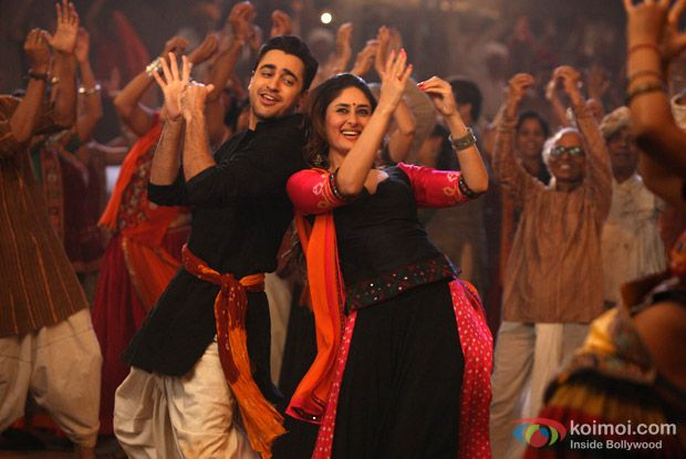 Imran Khan and Kareena Kapoor in a Chingam Chabake song still from Gori Tere Pyaar Mein