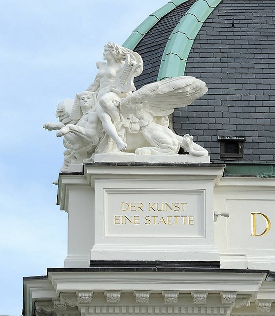 """Allegorische Skulptur, Deutsches Schauspielhaus / Inschrift """"Der Kunst eine Stätte."""" by christoph_bellin, via Flickr"""