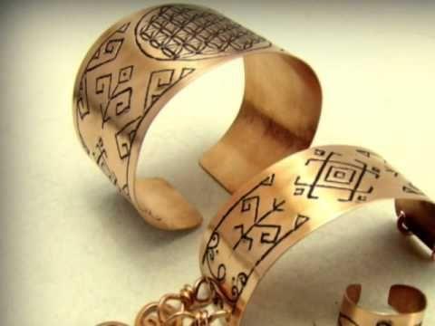Bratarile din cupru sunt gravate manual cu simbolul :Floarea Vietii, respectiv motive sacre romanesti . Mai multe lucrari in cupru, alama si sticla gravata gasiti pe site-ul de prezentare: http://hadarugart.weebly.com
