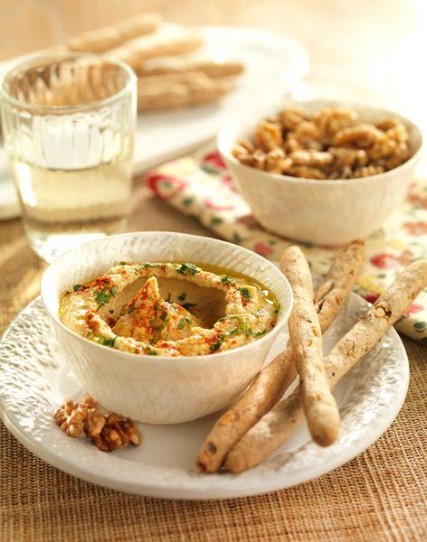 Hummus con palitos integrales de Nueces de California. Una receta procedente de la cocina árabe muy fácil y sencilla de elaborar, para sorprender a tus invitados.