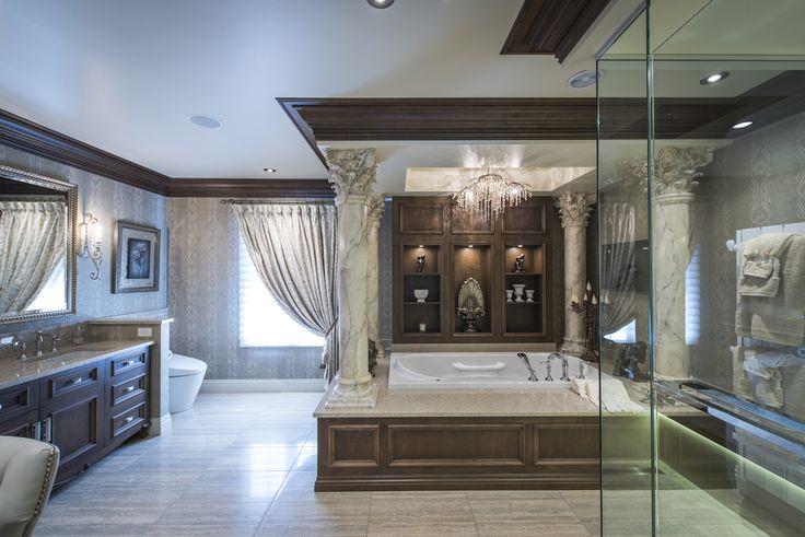 Superbe salle de bain avec colonne corinthienne