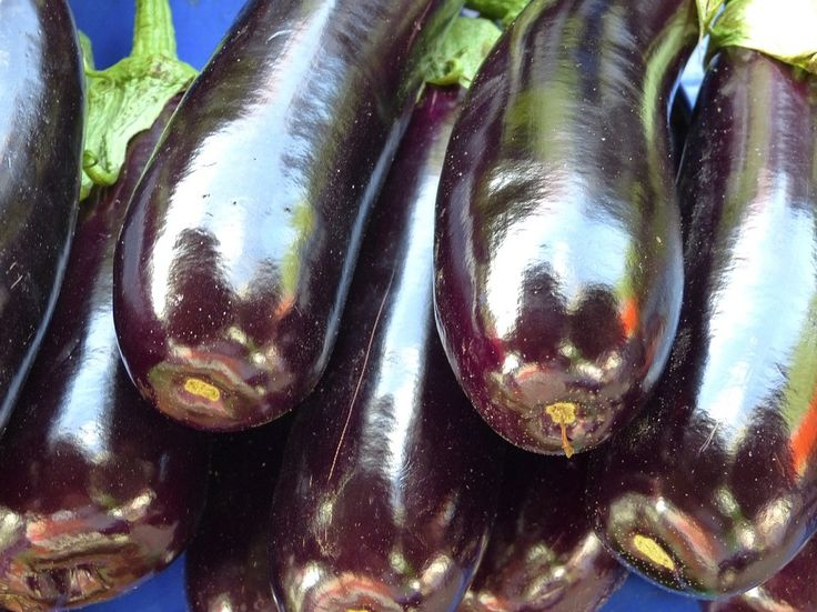 Une technique toute simple pour que les aubergines n'absorbent pas trop d'huilenoté 4.2 - 6 votes Les aubergines sont vraiment délicieuses, mais si votre recette nécessite qu'elles finissent à la poêle pour cuire, elles se transforment en véritables sangsues… mais avec l'huile! Vous en ajoutez encore et encore sans que cela ne semble jamais suffire. …