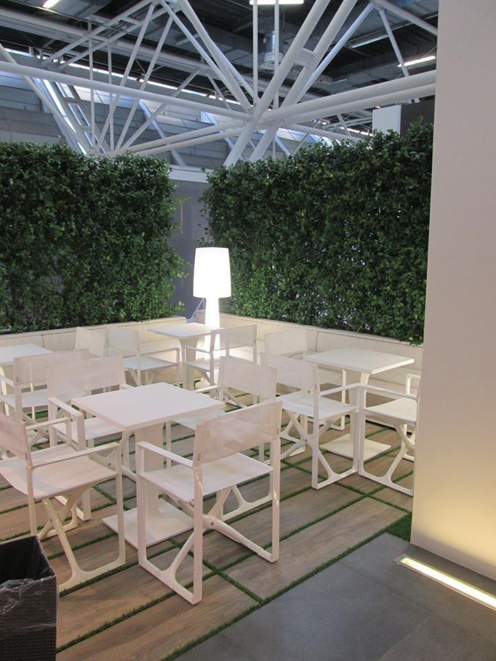 Zona Esterni - Pavimento realizzato con il formato 30x120 della collezione Travel T20 posato direttamente su erba
