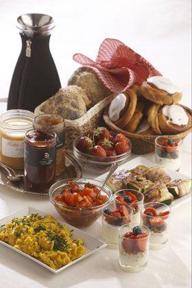 Brunch: Skrumleæg, tomatsalsa, frugtfriskermysli, courgetter med pancetta, frugt, marmelade og hjemmebag
