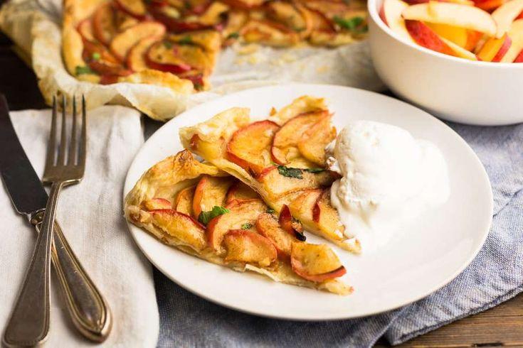 Recept voor snelle appel-notentaart voor 4 personen. Met suiker, bakpapier, appel, notenmix, roomboter, bladerdeegvel, limoen en kaneel