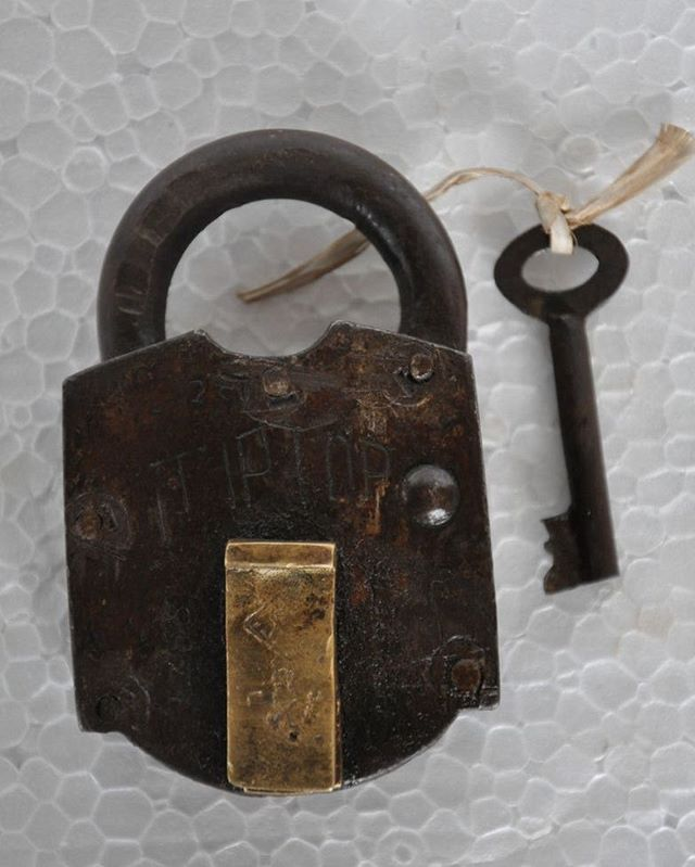 Old Brass Iron Handcrafted Tip Top Solid Unique Padlock Has Rich Patina Get It From Our Online Store Link In Bio S Patina Handcraft Movie Posters Vintage