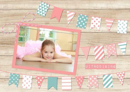 Super leuke uitnodiging voor een kinderfeestje. Hip met hout en vlaggetjes in pastelkleuren. Helemaal van nu. Ruimte voor een eigen foto!