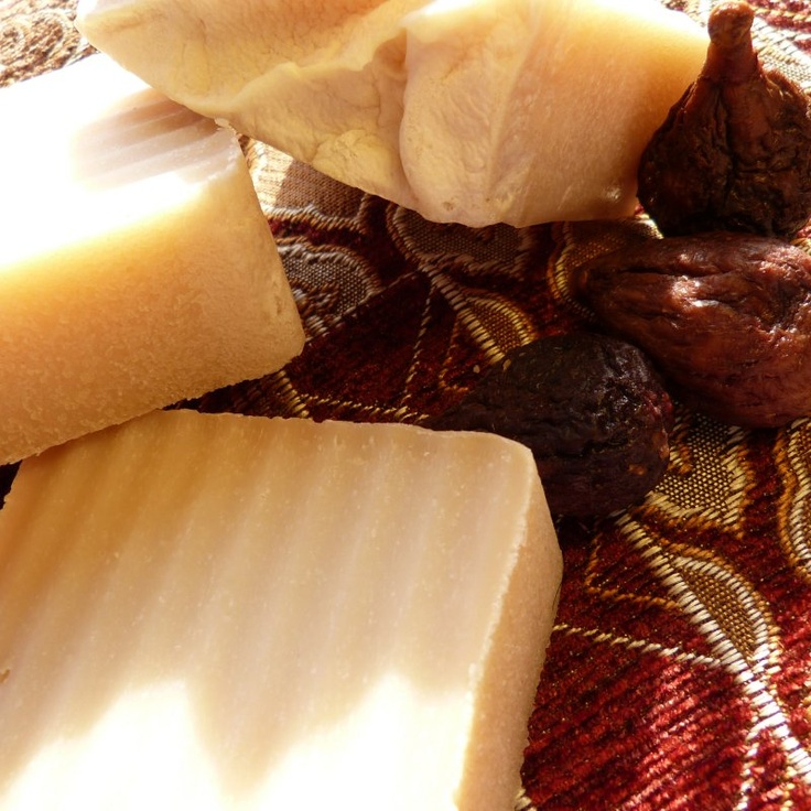Figgy Pudding handcrafted soap; scents of figs, oranges, brown sugar, & spice.  VEGAN & gentle to skin. Big bar only $5.25! Perfect stocking stuffer / hostess gifts for the holidays!  http://www.etsy.com/shop/homemadesoapnsuch