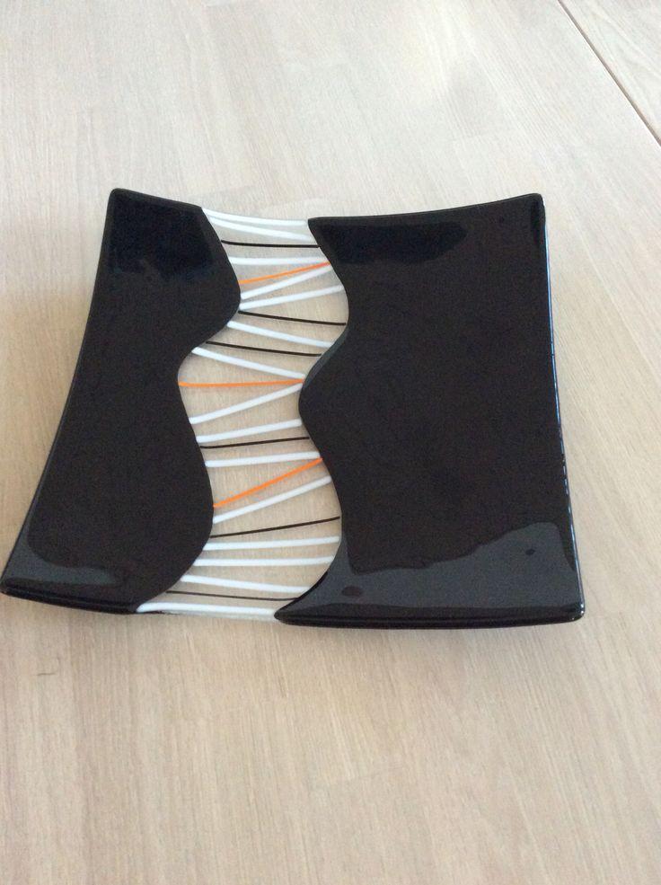 Specielt sort fad med orange og hvide stænger. Godt tilfreds med resultatet.
