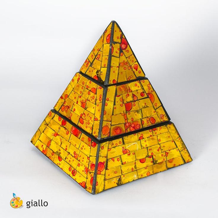 Piramide portagioielli in vetromosaico, realizzata a mano   colore: giallo      base 15 cm - altezza 19 cm  base 20 cm - altezza 25 cm  base 23 cm - altezza 30,5 cm