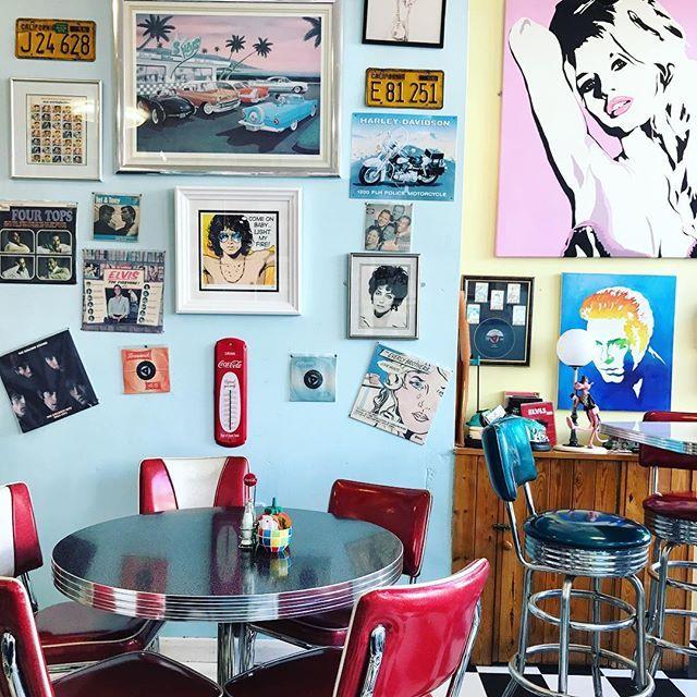 Time travel in Brighton, UK: Rock Ola Cafe in 50s/60s design. 💗 Es ist wieder Zeit für Brighton... Fast jedes Jahr sind wir hier zum Sixties-/Mod-Weekender. Ein Wochenende lang treffen sich Leute aus aller Welt bei den Partys mit Musik aus den 60ern, die Männer in Anzügen und die Frauen in Minikleidern. Gleich schauen wir uns erstmal die Vespa- und Lambretta-Motorroller am Strand an. In diesem Cafe gibt es übrigens - ganz modern - vegetarisches und veganes Frühstück, den ganzen Tag lang…