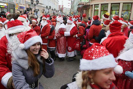 Η πρωτοχρονιά είναι μια γιορτή που αρέσει παγκοσμίως, αλλά στη Ρωσία, φαίνεται ότι αποτελεί τη σημαντικότερη εθνική εορτή, η οποία διαρκεί τουλάχιστον οκτώ ημέρες. Αυτό, τυπικώς. Γιατί στην πραγματικότητα μπορεί να διαρκέσει ακόμη και είκοσι (!) ημέρες.