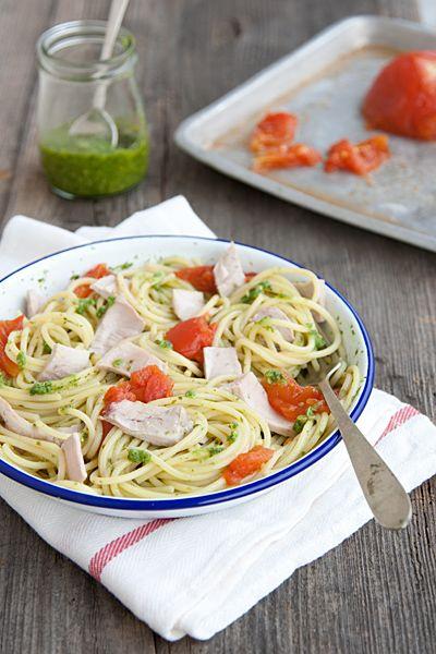 spaghetti al pesto con tonno fresco e pmodori al forno (spaghetti with fresh pesto and tuna)