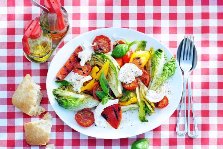 Salade caprese deluxe met niet alleen de standaard ingrediënten maar ook lekkere extra's! - recept - Allerhande