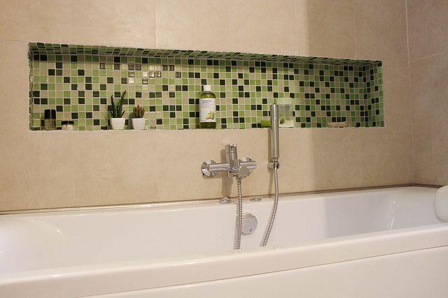 Salle de bain baignoire hydromassage niche mosa que naturel zen gr ge vert nature - Niche salle de bain ...