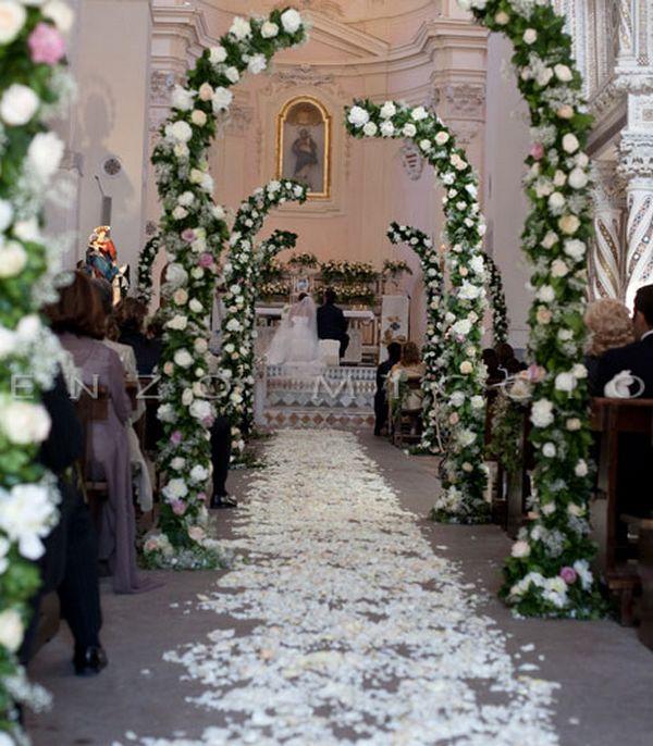 Distesa di petali verso l'altare