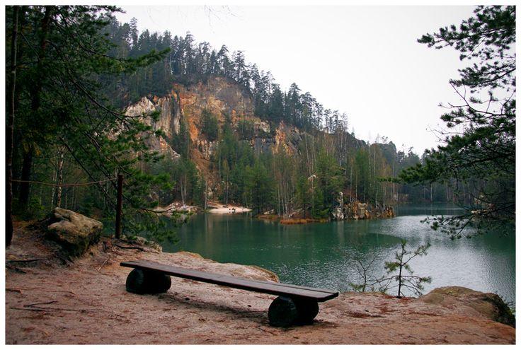Szmaragdowe jeziorko wypełniające dawną piaskownię w Adršpašskich skálach w Czechach.