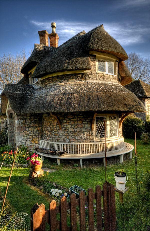 Bajkowe domy rodem z komiksu - Owalny dom to przykład angielskiej architektury z 1811 roku, osadzony w wiosce Blaise położonej 4 km na północ od Bristolu. Autorem projektu był John Nash. Wioska składa się zaledwie z dziewięciu, ale za to malowniczych domów. Chatka o zaokrąglonych kształtach wydaje się być scenografią do bajek braci Grimm. Kamienne mury budynku są przykryte naturalną strzechą.