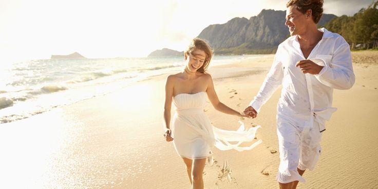 Matrimonio in spiaggia: 14 abiti da sposa per celebrare l'amore eterno in riva al mare