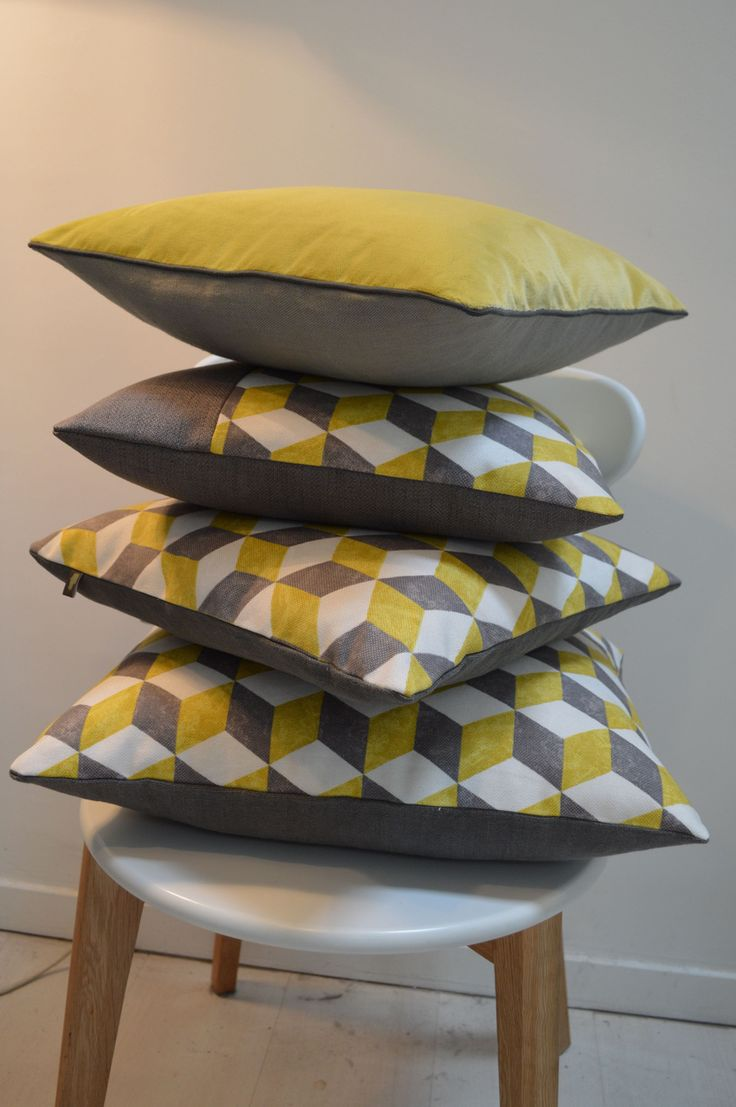 Coussin d'esprit vintage motif cubique jaune et gris : Textiles et tapis par atelier-christine-oliver