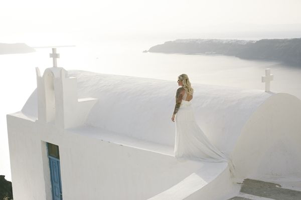 Whitewash backdrop in Santorini. Wedding with a caldera view. Wedding in the Greek islands