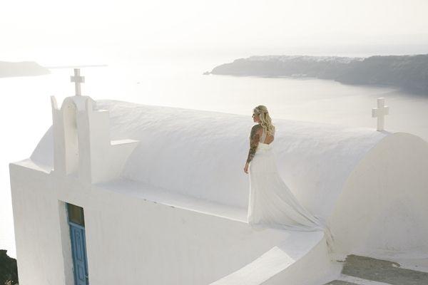 Whitewash backdrop in Santorini. Wedding with a caldera view. Wedding in the Greek islands