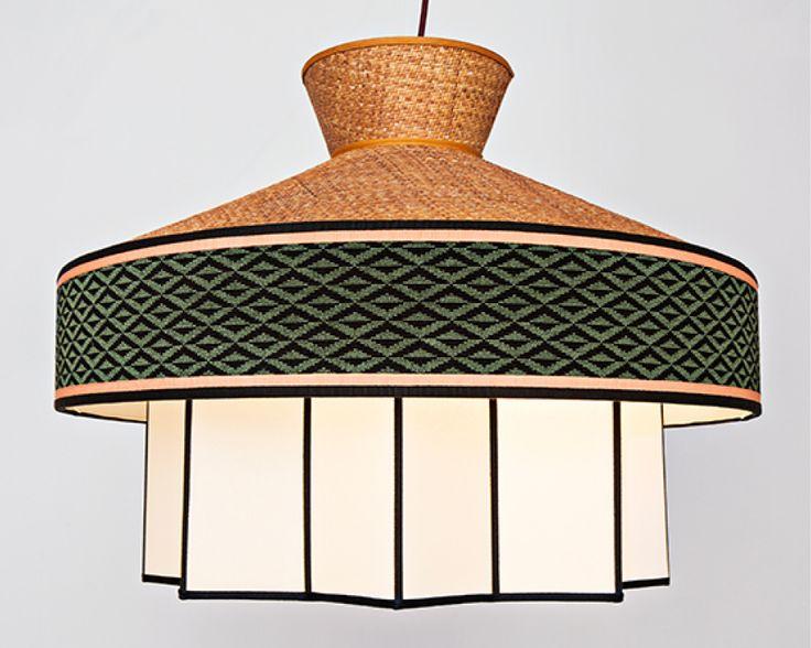 Cette collection de lampes inspirées par le thème du jardin et le style éclectique des restaurants milanais des années 50 combine rotin et tissus aux motifs géométriques. Sa forme rappelle celle des maisons aux toits de paille ainsi que celle des lanternes utilisées dans les jardins.