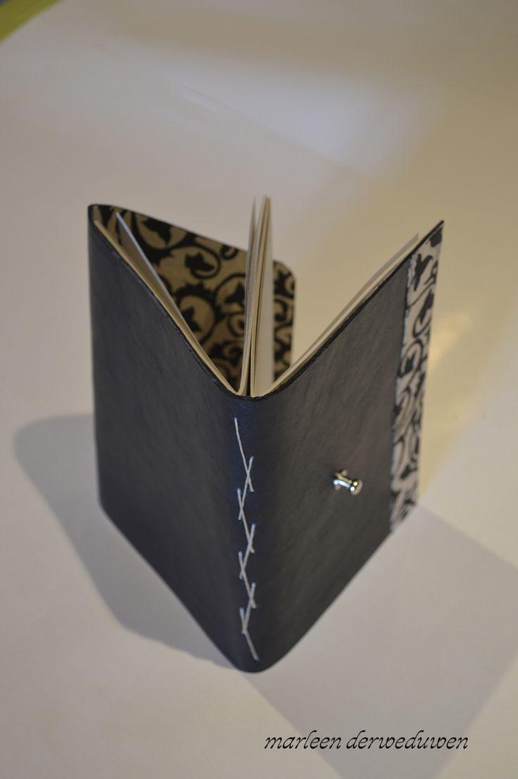 lederen kaft waarvan de binnenkant bekleed is met handgeschept papier