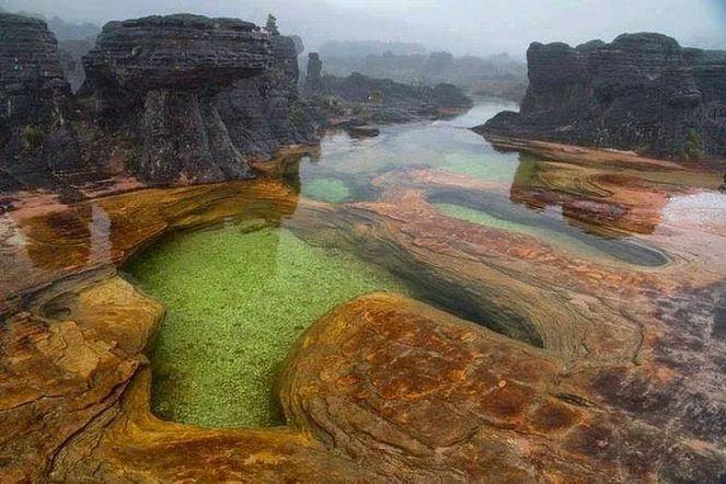 гора Рорайма на стыке Бразилии (штат Рорайма), Венесуэлы (Национальный парк Канаима) и Гайаны (высочайшая точка страны).