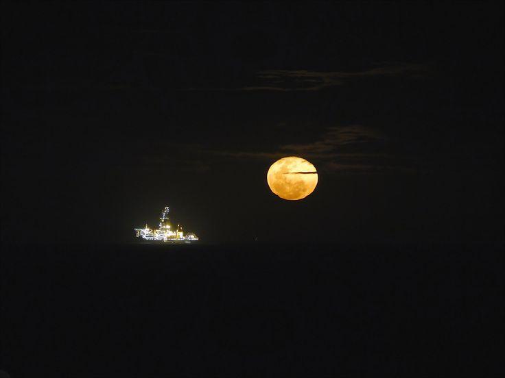 https://flic.kr/p/ru8Zyg | Lua Cheia | Lua cheia surgindo no horizonte ao lado de uma sonda de perfuração de poços de petróleo. Macaé-RJ
