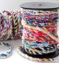 Apprenez comment réaliser du fil de tissu avec de vieilles chutes de tissu. Vous aussi vous gardez vos fins de tissu? Faites-en du fil trop joli!