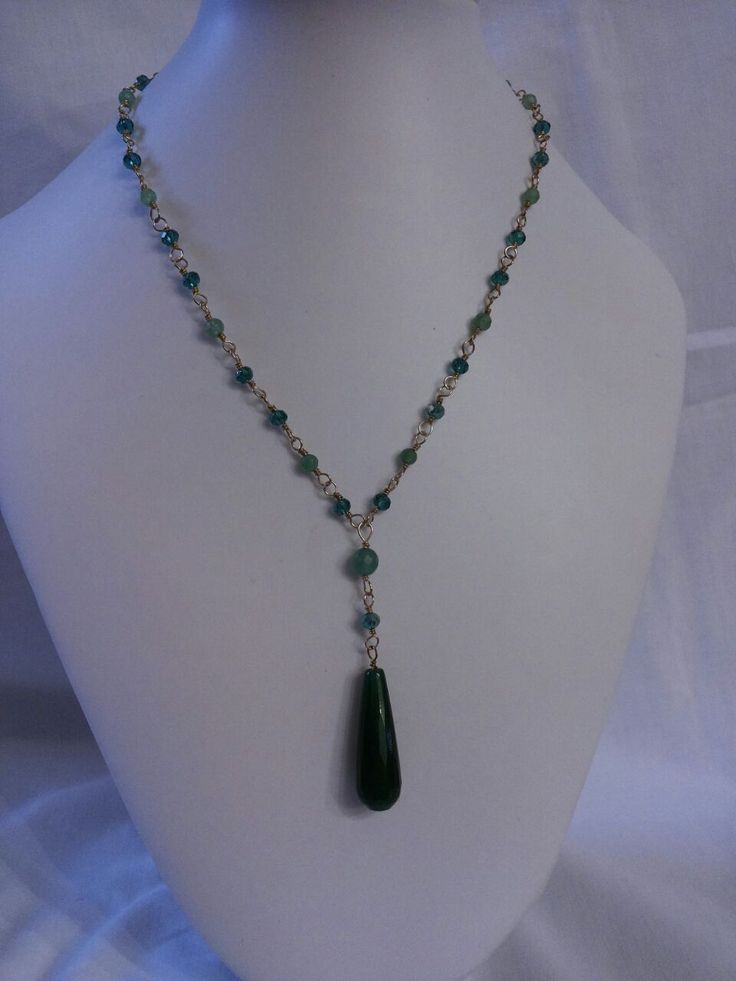 Collana fatta a mano. Goccia di agata smeraldo, avventurina e cristalli. Handmade necklace with emerald agate drop, avventurine and crystals.