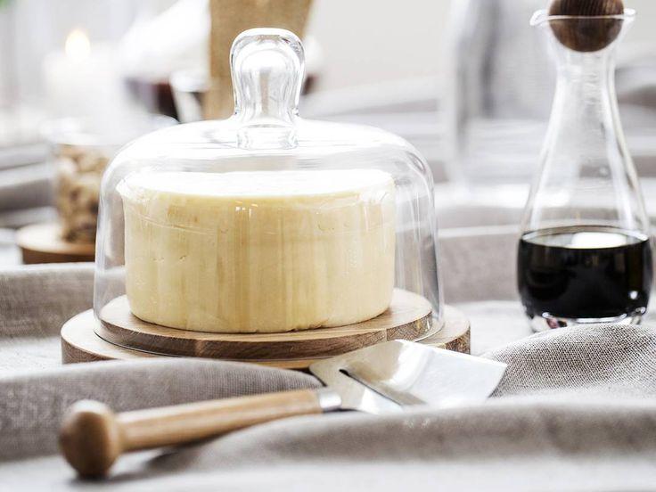 SAGAFORM Oval Oak - prkénko na sýry se skleněným poklopem. Olejovaný masivní dub. Ručně vyráběný skleněný poklop. Průměr 18cm.