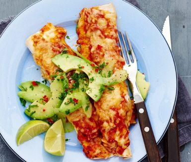 Gratinerade tortillarullar fyllda med en mexikansk röra gjord på bönor, spiskummin, chili och rödlök. Böntortillan gratineras i en tomatsås och riven ost tills smakerna gift sig och osten har smält och blivit gyllene. Servera med en fräsch sallad gjord på krispig stjälkselleri, krämig avocado, het röd peppar och frisk lime, garnera med nyhackad bladpersilja och njut!