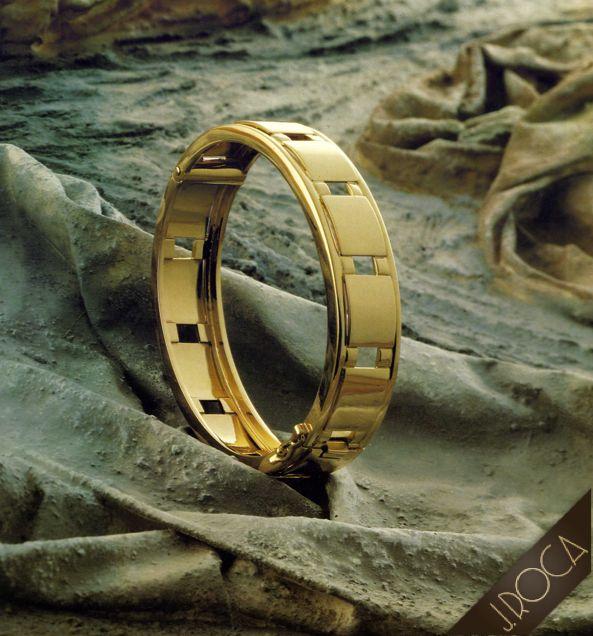 Pulsera en Oro: Material Precioso en su Pura Textura y Equilibrio Absoluto de su Forma